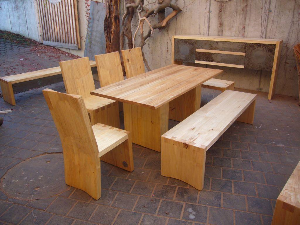 """Sitzgruppe mit """"Museumsstuhl"""" und Highboard mit Eisen"""